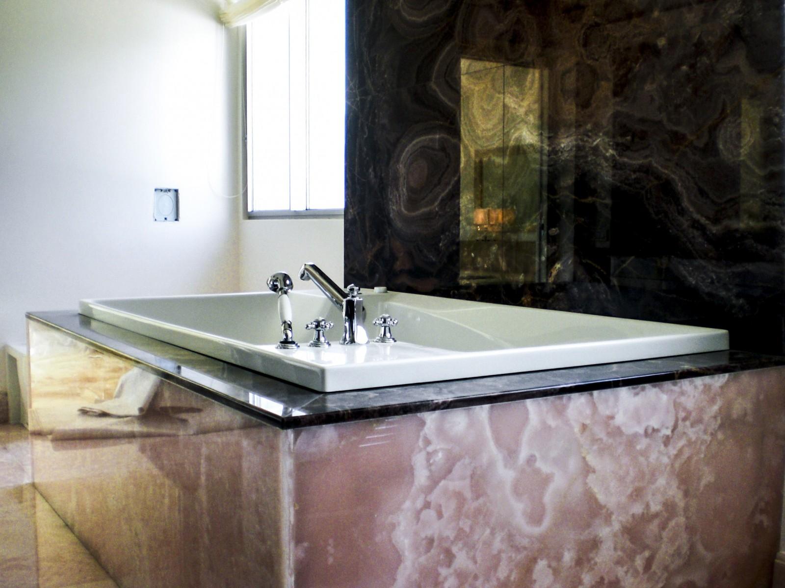 Sala da bagno in onice rosa e viola  Milgem