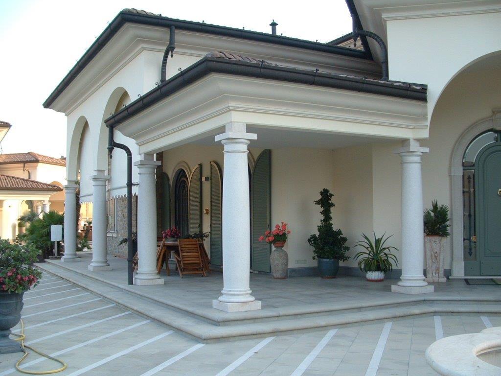 Portico con colonne milgem for Cabina con avvolgente portico