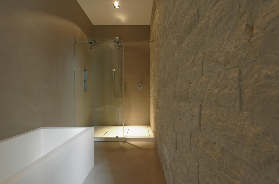 Bagno con rivestimento parete in botticino a spacco milgem for Rivestimento parete salotto