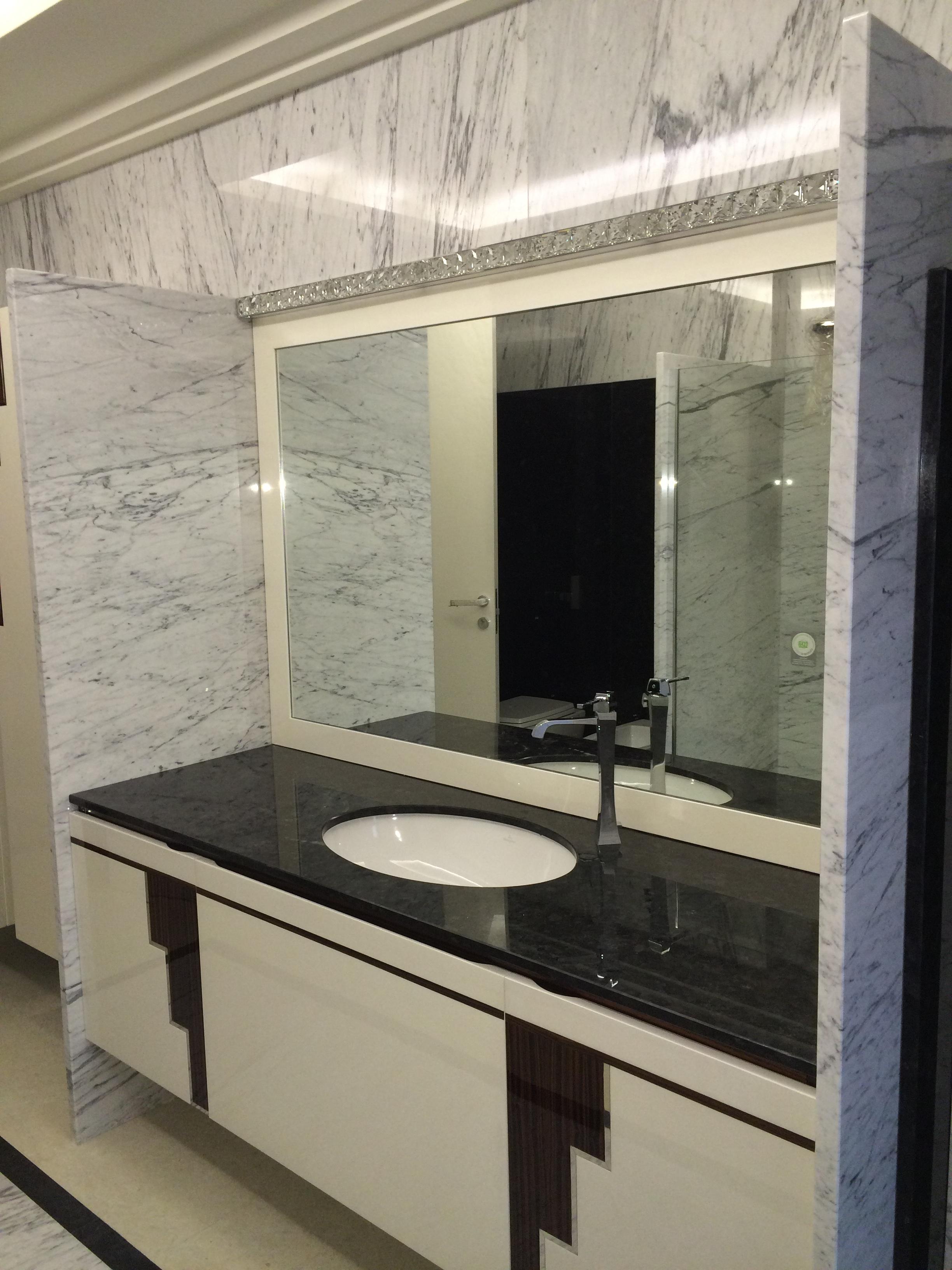 Rivestimento bagno bianco e nero bagno bianco nero e - Bagno marmo bianco ...