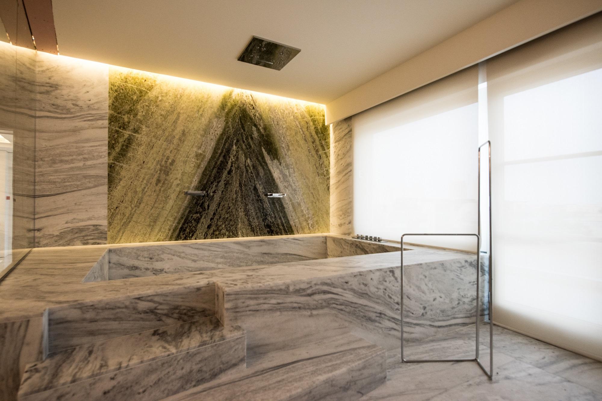 Spa in marmo white storm milgem realizzazioni - Rivestimento bagno in marmo ...