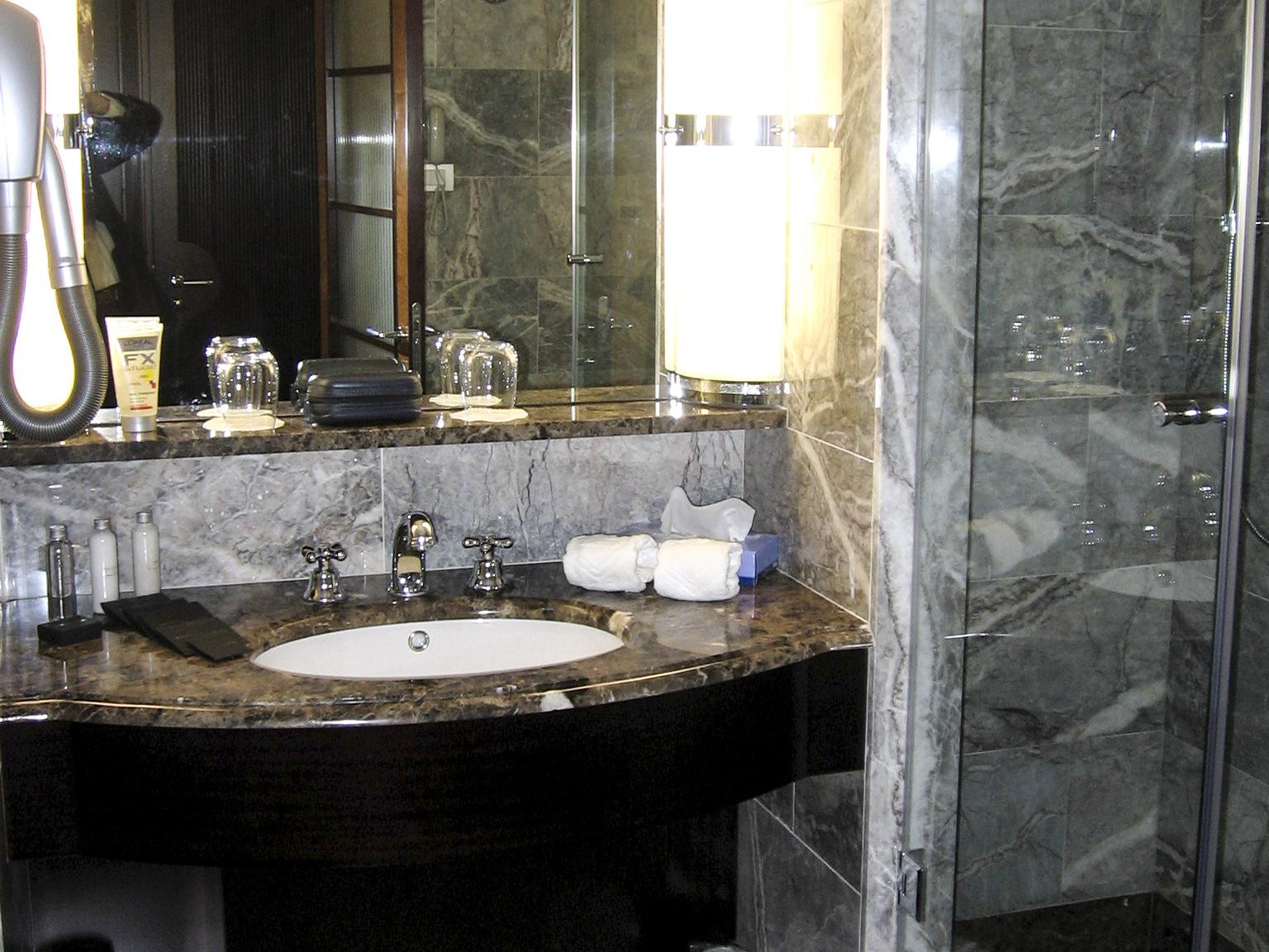 Bathroom design in hotel torino milgem for Hotel design torino